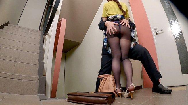 会社の非常階段で妻と同僚がヤっていた!!2