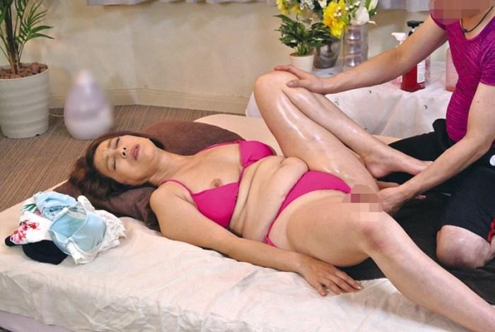 美熟女が腰をくねらせ絶頂しちゃう猥褻エステ240分 のサンプル画像 1枚目