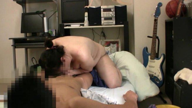 普通の奥さんが旦那に騙され夫の友人の看病に行き、NTRセックスに至る緊迫ドキュメント!4時間