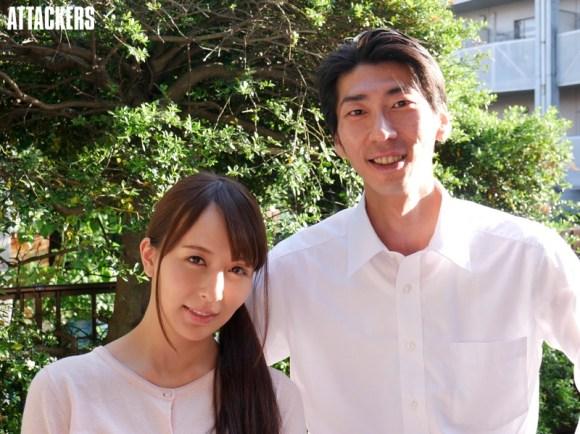 夫婦で幸せそうに写真を撮る希崎ジェシカ