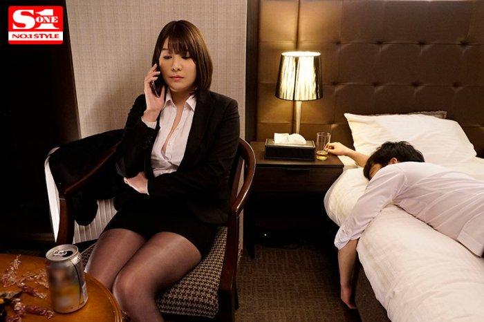 Jカップと噂の美人上司を部下の僕が出張先ホテルで寝取った絶倫性交の夜… のサンプル画像 2枚目