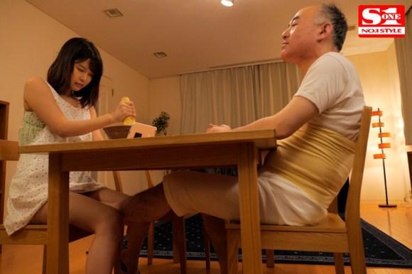 義父に足でおマンコを弄られながら山芋を擦る若妻 葵つかさ