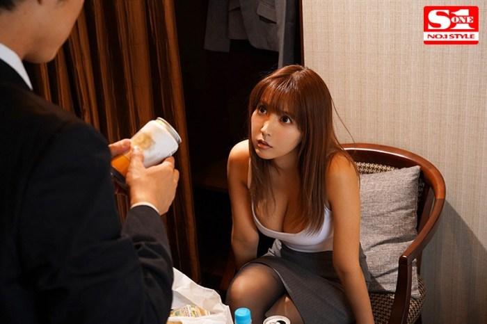 巨乳上司と童貞部下が出張先の相部屋ホテルで…いたずら誘惑を真に受けた… のサンプル画像 9枚目