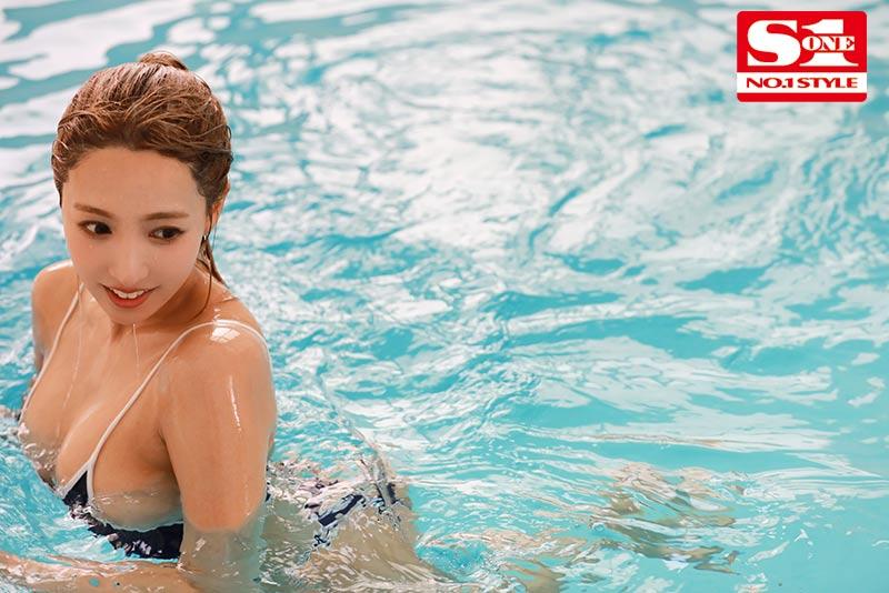 三上悠亜 スク水巨乳の水泳部顧問は元グラビアアイドル…濡れ透ける先生の巨乳に我慢できなくて、じっとり汗だくひたすら密着交尾サンプルイメージ5枚目