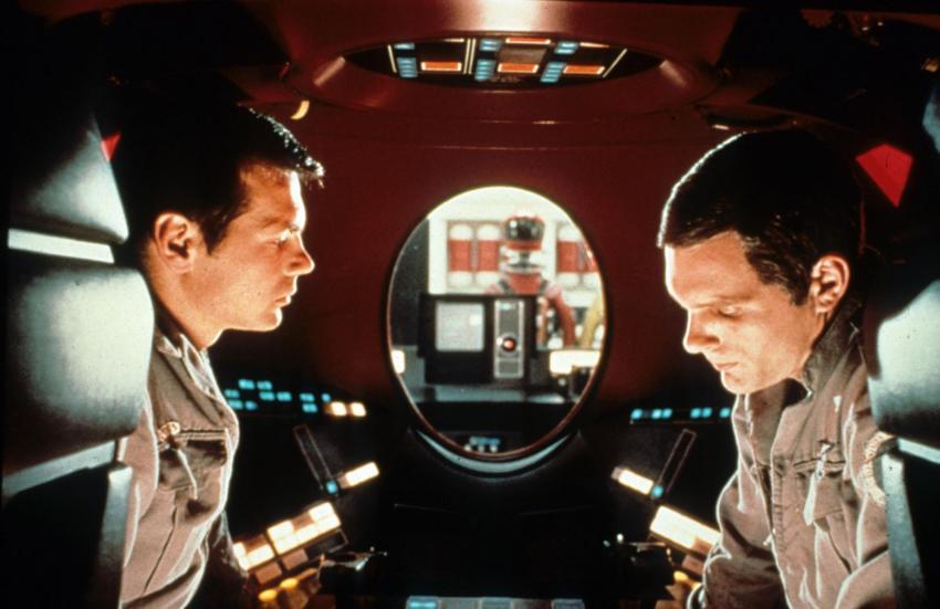 Uno de los acertijos de la película se relaciona con el error de HAL. Con todo esto, la película no explica directamente por qué surge este error o el motivo por el cual HAL le miente a la tripulación; no obstante, si observamos el video que reproduce HAL al desconectarse, vemos astronautas en la órbita de Júpiter, revelando las pruebas de inteligencia alienígena.