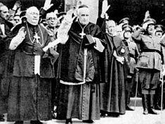Sacerdotes haciendo el saludo fascista en la España de Franco