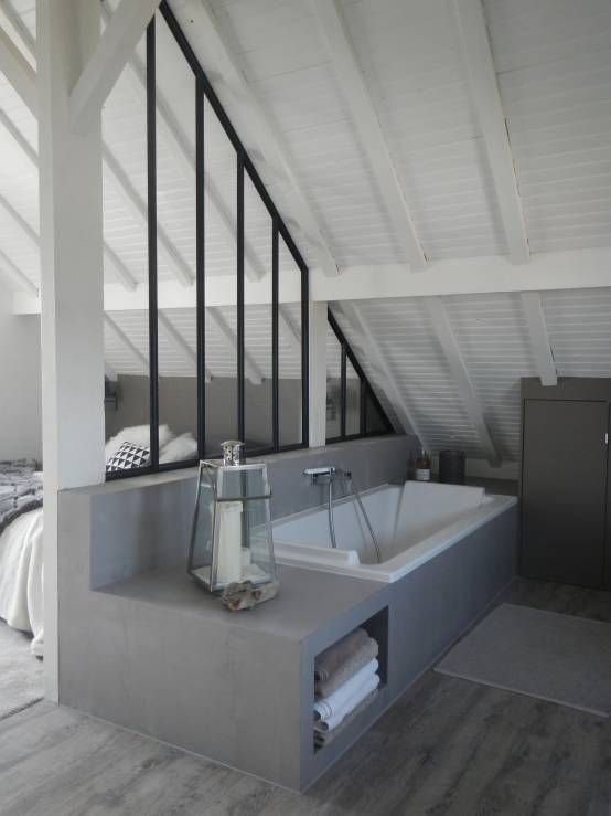 Salle de bains avec une verrire datelier