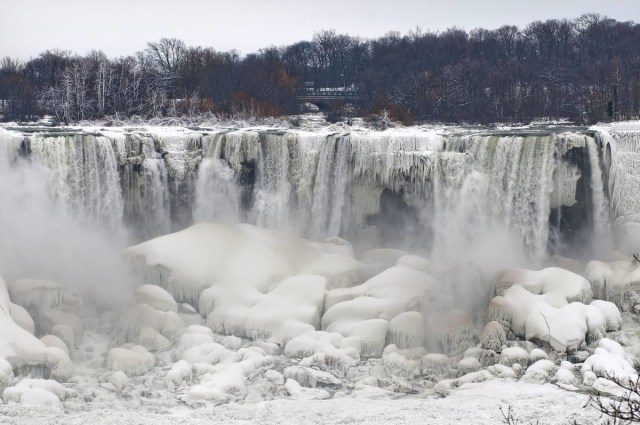 Mind Blowing Photo Of The Frozen Niagara Falls With Snow