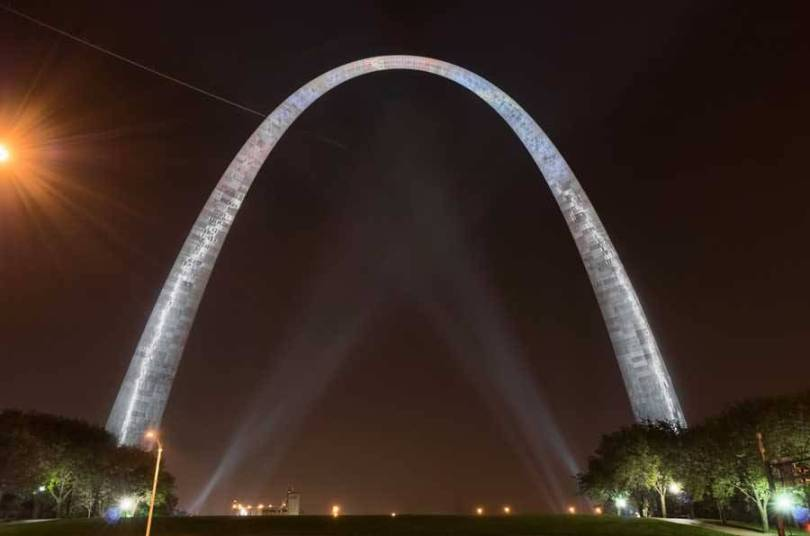Impressive Front View Of The Gateway Arch By Night