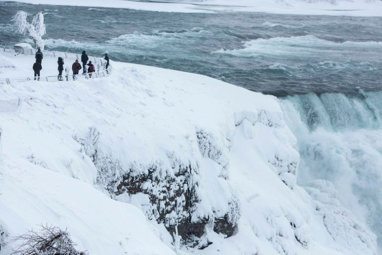 Many People View Frozen Niagara Falls With River View
