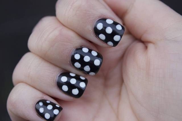 Glossy Black And White Polka Dot Nail Art With 7 Dots