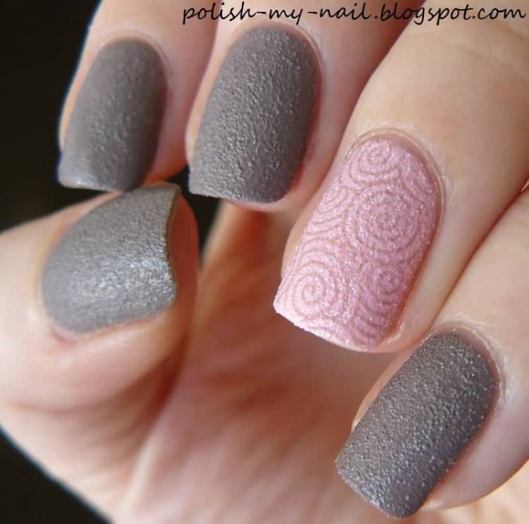 Round Pink Circle Design Accent Nail Art