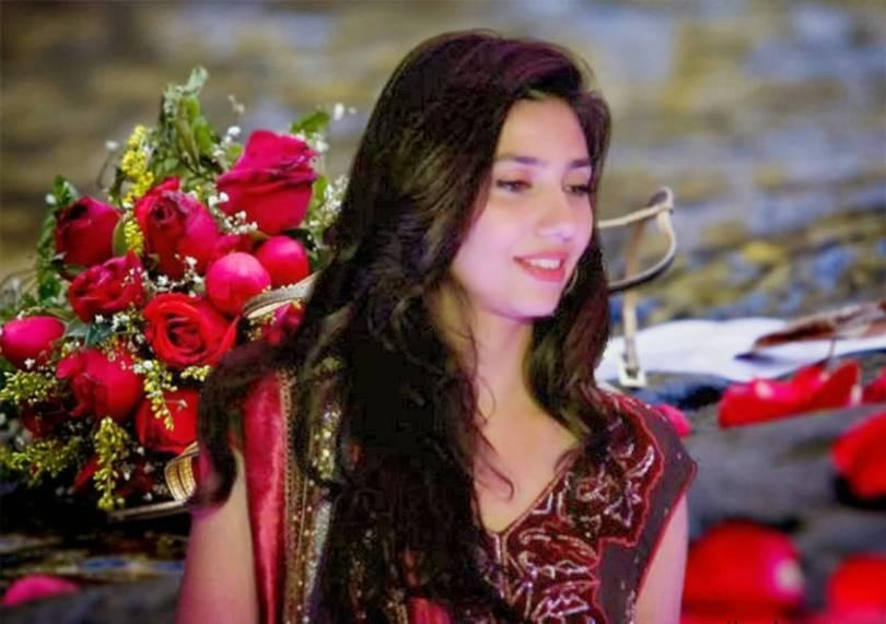 mahira khan standing in friend wedding