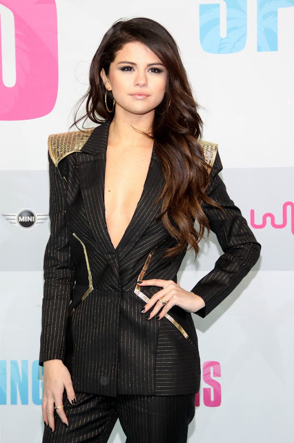 selena gomez black out fit (4)