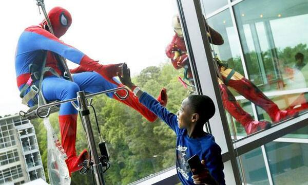 This is how the window washers of a children's hospital cheer up their kids