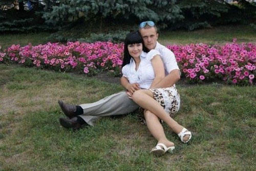 perfect-angle-funny-couple-sit-flowers