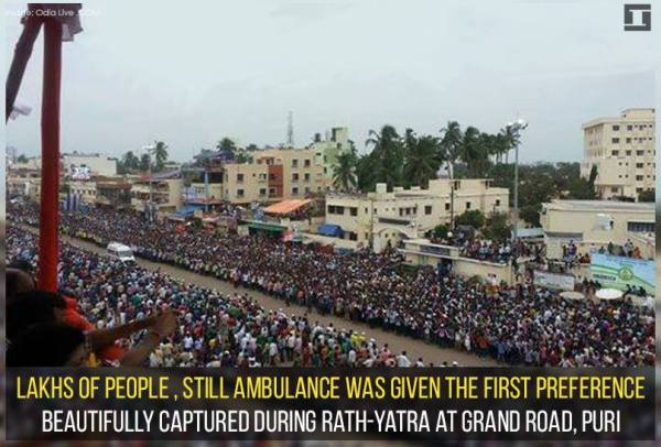 Beautiful scene displayed by lakhs of people, giving ambulance the first preference