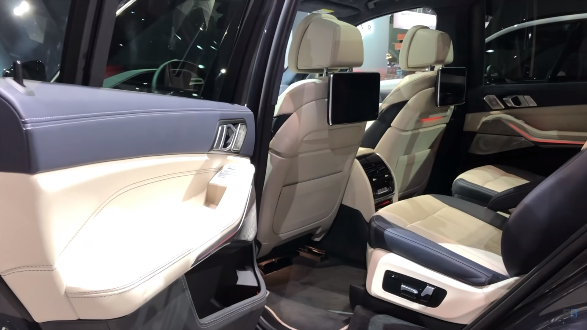 Suv With Captain Chairs Check Out This Nice Demo Of The 2019 Bmw X7 S Third Row Seating