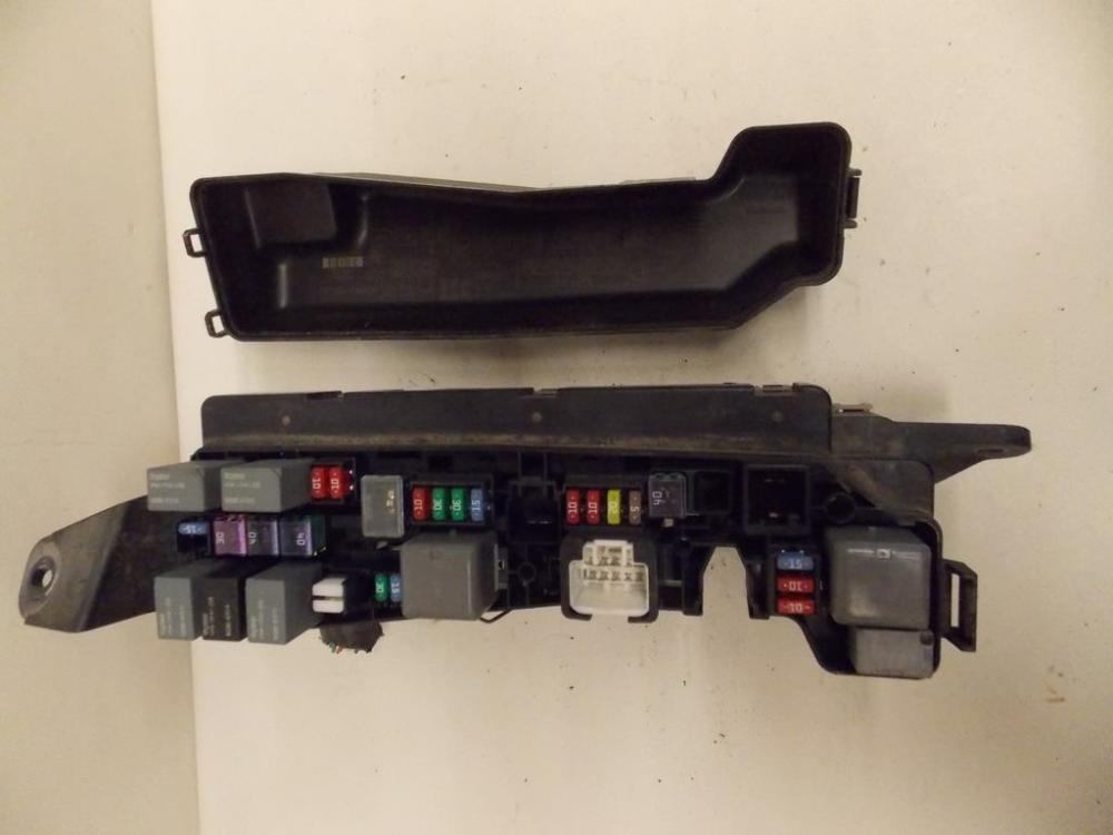 medium resolution of 05 08 toyota matrix hatchback 1 8l under hood relay fuse box block warranty 1723