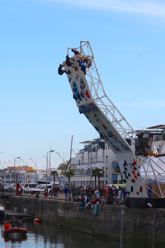 Le premier Vertical Océan Camp de France avait lieu à La Rochelle, avec les meilleurs grimpeurs mondiaux, le 25 avril 2015. Gérôme Pouvreau remporte le trophée chez les hommes et Florence Pinet chez les femmes. Les sélections ont commencé vendredi 24 avril à la salle de Bloc, The Roof, pour départager les grimpeurs les plus performants capables de se mesurer à ce monstrueux mur de 15 mètres de hauteur. Appelé psycobloc, cette discipline est une variante de l'escalade de bloc (sans corde) et de falaise (avec corde). Le mur érigé en surplomb du bassin des chalutiers dans le port de La Rochelle, permet à ces athlètes de grimper sans corde sur des hauteurs normalement inaccessible. L'eau, élément omniprésent dans cette ville touristique de Charente maritime, en France, a essuyé les plongeons des victorieux compétiteurs. C'est Gérome Pouvreau, natif de La Rochelle qui a remporté le trophée chez les hommes, accompagné par Florence Pinet victorieuse de la compétition femme. Cette session d'escalade en bord de mer se termine ce dimanche 26 Avril 20015, coup d'envoi de la caravane Petzel pour un road trip des meilleurs spots Français. Cette rencontre sportive et festive nous aura aussi fait découvrir la discipline de JumpLine, style de freestyle sur slackline, qui, à en croire les commentateurs pourrait bien finir prochainement au XGames !!