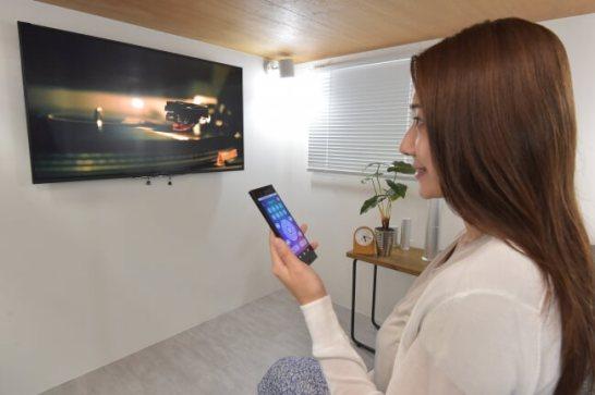 ソファーに座っているとその時のストレス状態を計測。また、アプリからリモコン操作でTVのチャンネルを変え、エアコンの温度も調整。気分に合わせて照明を好きな色に調光してリラックス空間を演出