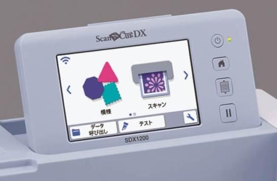 操作がしやすい5インチの大画面液晶と無線LANを搭載