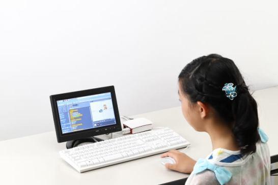 人気のプログラミング学習環境「スクラッチ」もインストール済み。楽しみながらプログラミングを学べます