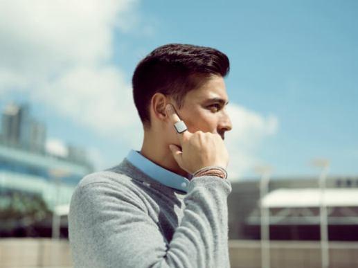 指を耳に当て、スマホを出さずに「OK , Google」「Hey , Siri」が可能に、指輪型スマートデバイス「ORII」を発売