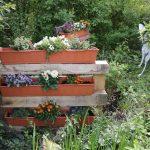 Der Garten wurde verschönert, DIY mit Paletten, alten Jeans und leeren Plastikeimern #DIY #upcylcling #Gartengestaltung
