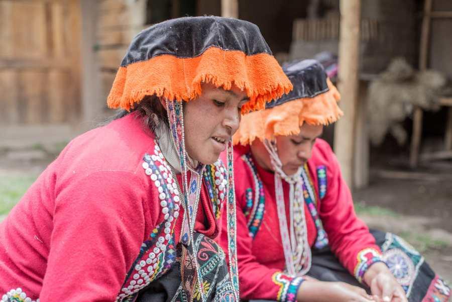 Peruvian textile weaving - Women in the Amaru community teach a lesson in weaving