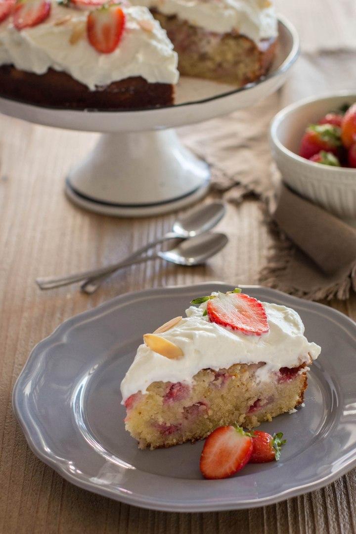 עוגת שקדים, תותים וקוקוס עם קרם מסקרפונה