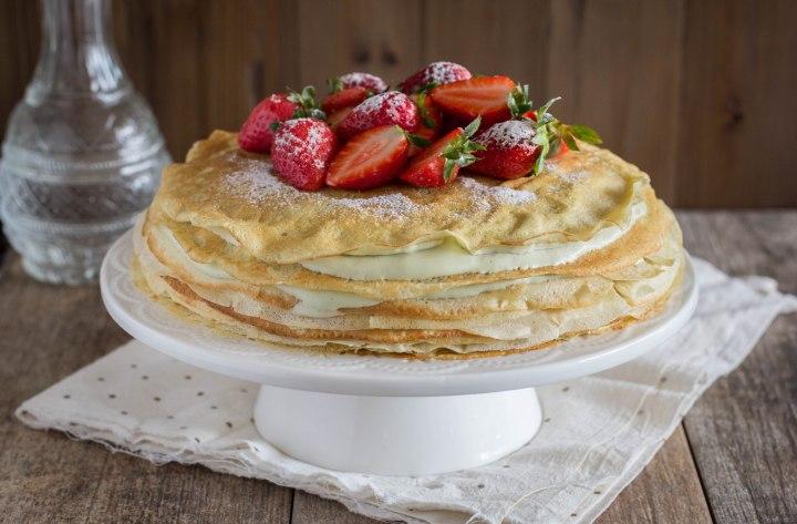 עוגת קרפים עם קרם פיסטוק ותותים