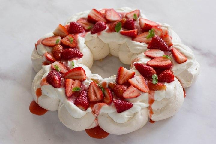 פבלובה עם קרם מסקרפונה, תותים ונענע (כשרה לפסח!)