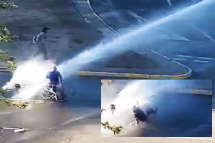 Video: Carabineros lanza chorro de agua a minusválido en silla de ruedas
