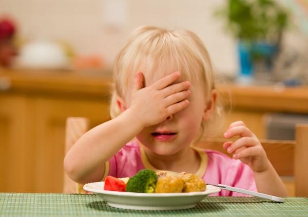 little girl eating lunch