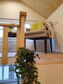 Blick auf den Wohnbereich mit Sesseln im Loft