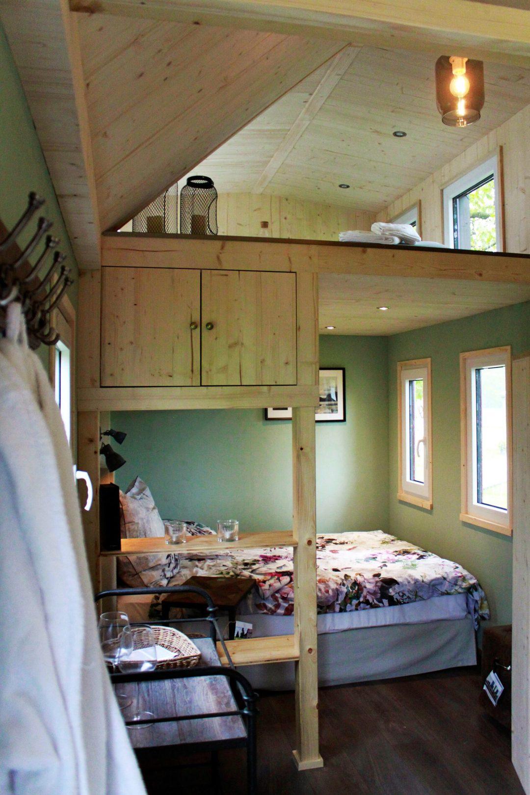 Blick auf das Bett und den Wellness-Loft im Tiny House Rhein