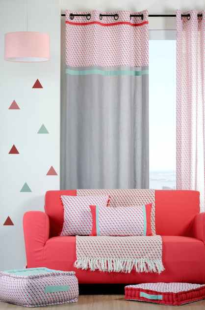 rideau gris motifs geometriques bleu rouge corail et bandes celadon et rouge 135x260cm a oeillets 100 coton isocele rouge