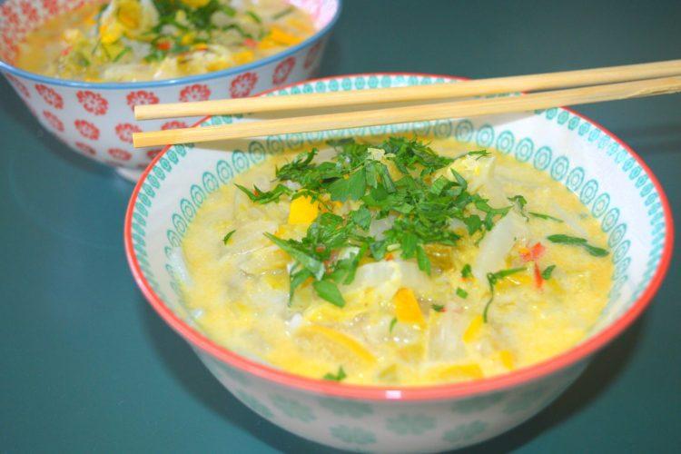 deux bols de soupe, saupoudrés de persil haché
