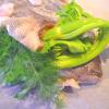 dorade entiere avec le celeri branche et l'aneth dans la bouche