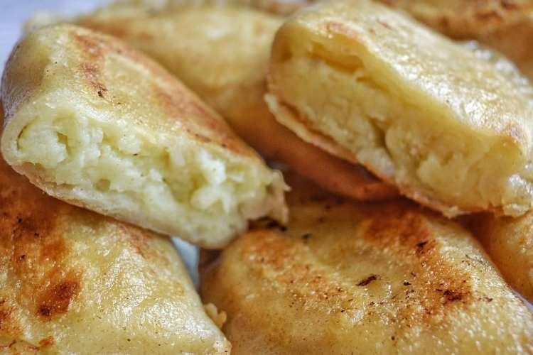 l'intereur d'un pierogi au fromage coupé en deux,