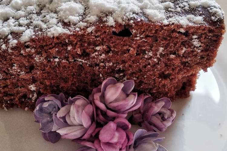 kawalek ciasta czekoladowego, posypane cukrem pudrem