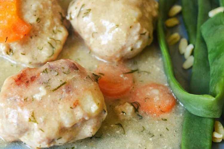 boulettes de viande, sauce aneth, rondelles de carotte, haricots plats