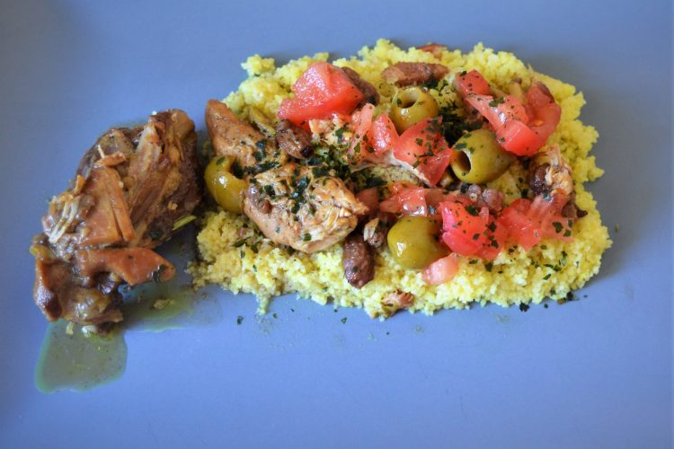 udko kurczaka w brunatnym sosie , kasza kuskus , salatka z pomidorow