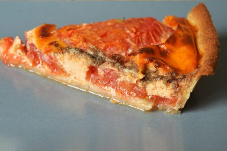 un morceaux de tarte a la tomates