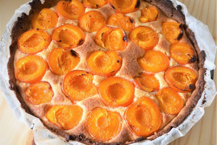 une tarte aux abricots entiere