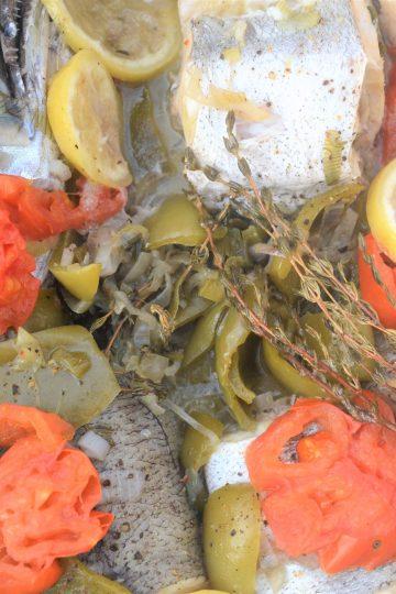 morszczuk, ryba pieczona, papryka, pomidor, cytryna