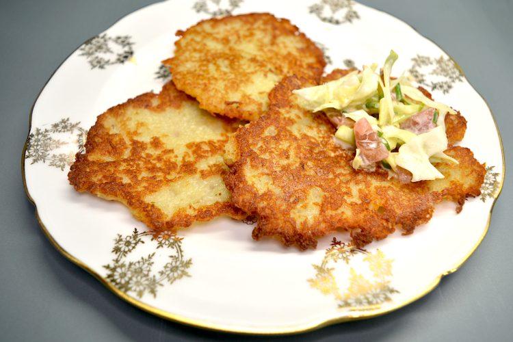 galettes de pommes de terre, placki ziemniaczane, salade de chou
