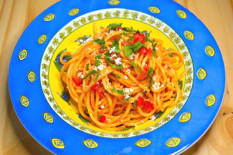 makaron , sos paprykowy, bazylia, parmezan
