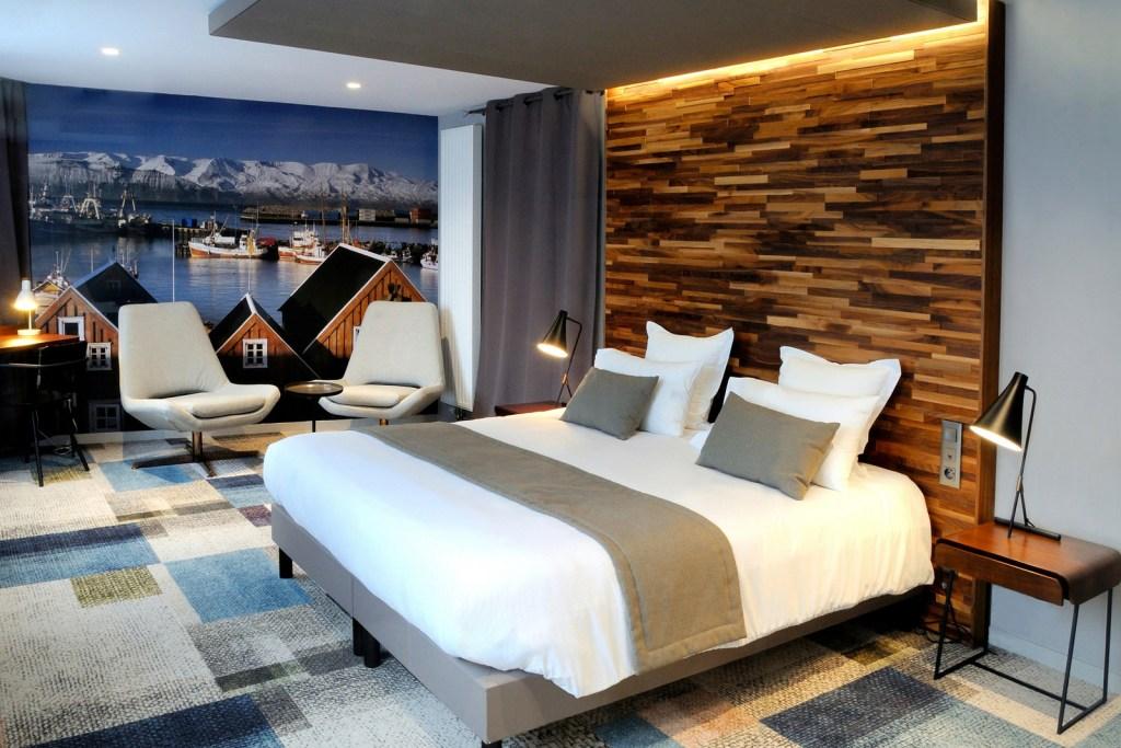 Photographie hôtelière d'une chambre au design scandinave.